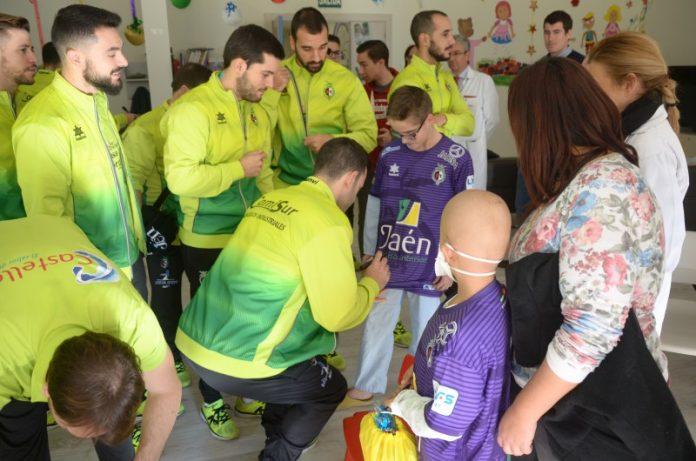Los jugadores del Jaén Paraiso Interior con niños ingresados en el hospital de Jaén-