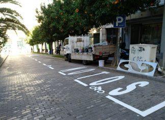 Zona para motos en la plaza de la Libertad en la puerta para peatones de la estación de autobuses.