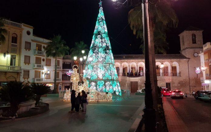 Las luces de Navidad ya alumbran las calles de Torredonjimeno.