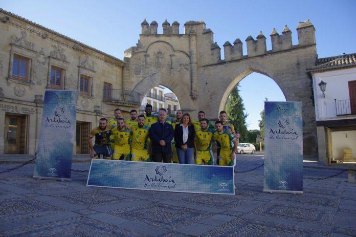 Foto de familia de la plantilla del Jaén Paraíso Interior con la delegada de Turismo y Deporte