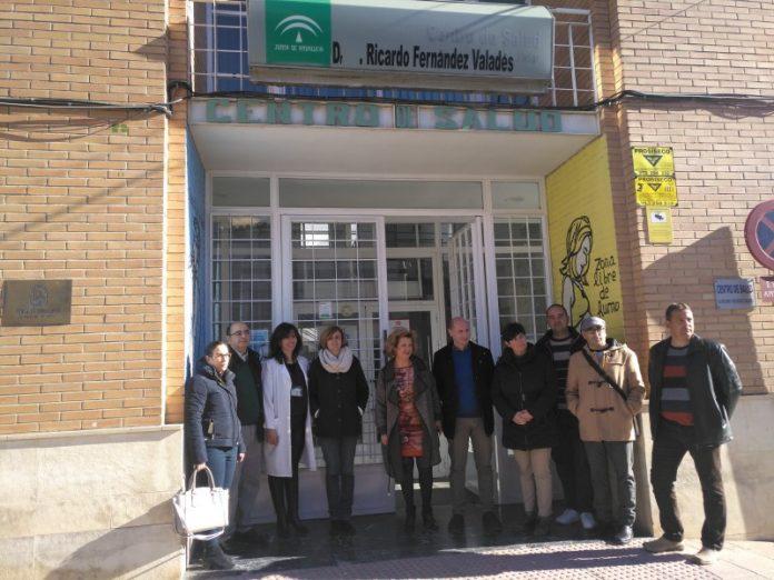 La delegada de Salud en a puerta del centro de salud de Jódar