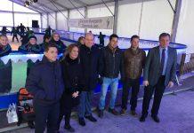 El alcalde con varios concejales y los empresarios de la pista de hielo.