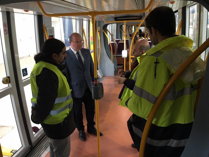 El alcalde en uno de los vagones del tranvía donde operarios analizan el estado de la infraestructura y sus equipamientos.