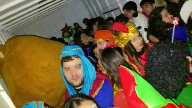 Hacinamiento de jóvenes que fueron trasladados en camiones tras la Cabalgata.