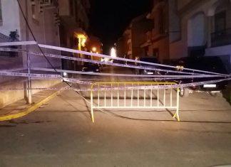 Calle cortada por el cableado en mitad de la calle. FOTO: Policía Local