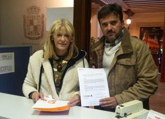 Miembros de Ciudadanos presentan la instancia en el ayuntamiento de Jaén.