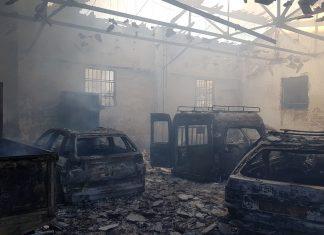 Algunos de los vehículos que han salido ardiendo de la nave de Mantenimiento Urbano. FOTO. HORAJAÉN