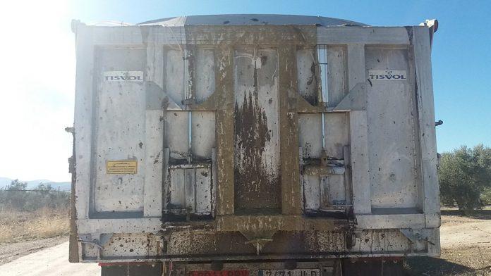 Imagen del camión que derramaba orujo.