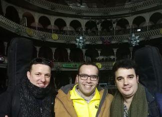 Los dos autores de la letra y el director de la comparsa de Jaén en las tablas del Falla horas antes de su debut.