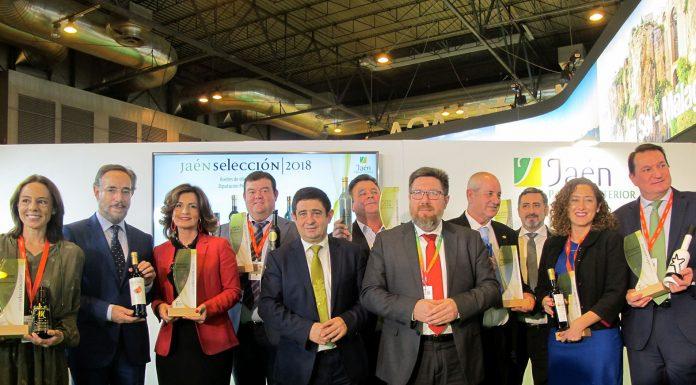 El presidente de la Diputación, Francisco Reyes, con los consejeros de la Junta de Andalucia de Fomento y Agricultura, la delegada del Gobierno en Jaén y los responsables de los aceites premiados.