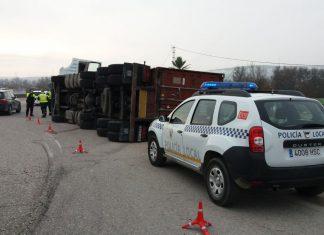 Camión volcado en la A-311. FOTO: Policía Local de Andújar