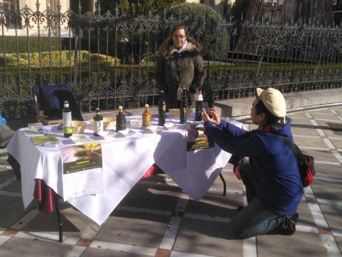 Un turista hace fotos a los aceites en la presentación de la quincena de los aceites verdes.