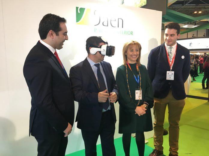 El presidente de la Diputación prueba las gafas de realidad virtual junto al alcalde de Alcalá la Real, Carlos Hinojosa.