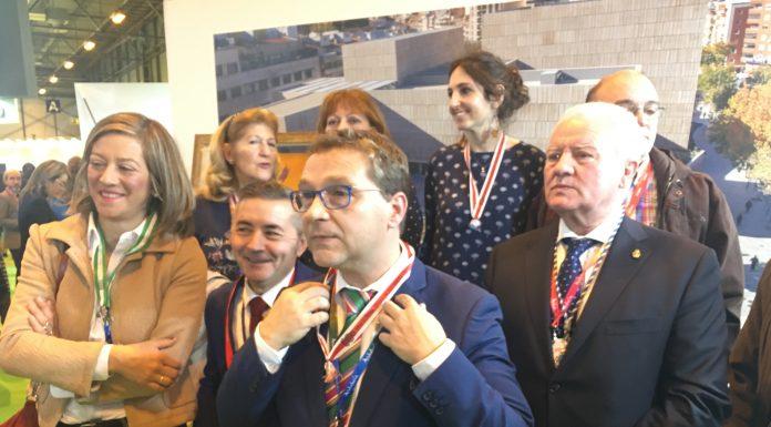 El alcalde de Andújar, junto con miembros de la cofradía matriz y la autora del cartel de la romería en Madrid.