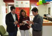 Los tres concejales del ayuntamiento de Jaén revisan el programa de fiestas para la San Antón.