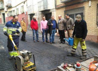 Obras en la calle Fernando IV de las primeras en tener hormigón impreso en vez de adoquines.