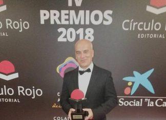 Luis Miguel Sánchez Tostado con el premio por su novela histórica.