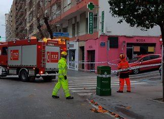 Bomberos de Jaén actuando en Avenida de Andalucía por la caída de cascotes.