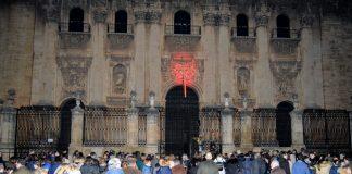Acto de iluminación de rojo en la fachada principal, anoche.