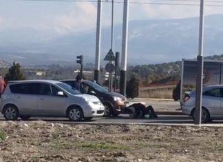 Dos hombres en el suelo peleando por un incidente de tráfico.