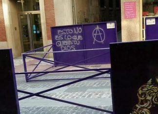 Pintada aparecida en Bernabé Soriano donde se instalan los palcos de Semana Santa en Jaén.