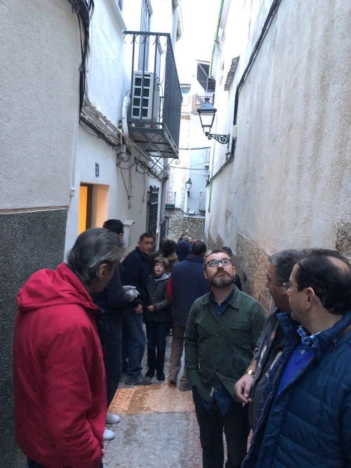 Concejales del PSOE con vecinos de la calle Vicario en Jaén.