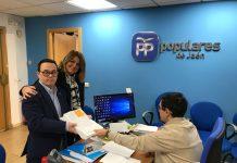 Entrega de las firmas en la sede del PP.