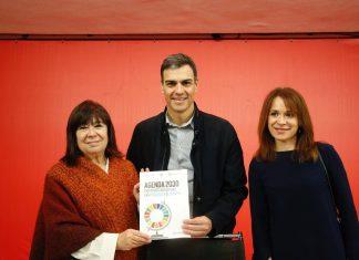 Cristina Narbona, en la imagen a la izquierda de Pedro Sánchez.