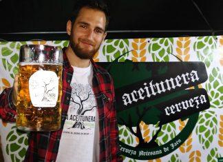 Jesús Talavera con la cerveza premiada en Barcelona.