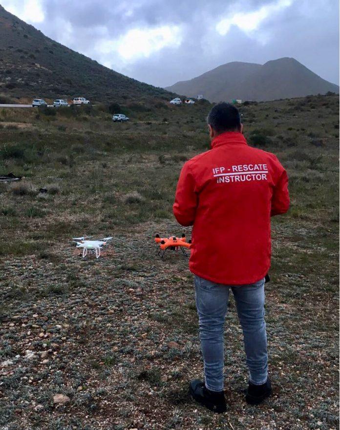 Uno de los instructores de IF Drones en el dispositivo de búsqueda.