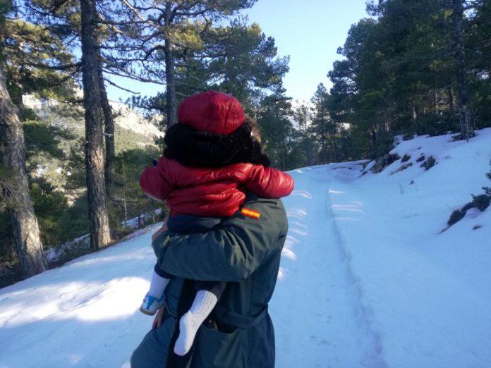 Un Guardia Civil con uno de los menores que rescataron.