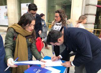 Recogida de firmas por parte de miembros del PP.