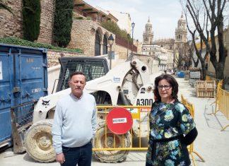 Guadaupe espinosa, presidenta de Unidos pro al Merced junto a Serafin Arenas enlas obras de Carrera de Jesús