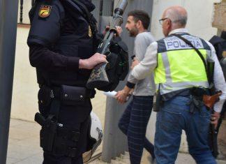 Uno de los detenidos entrando en el juzgado de Linares.