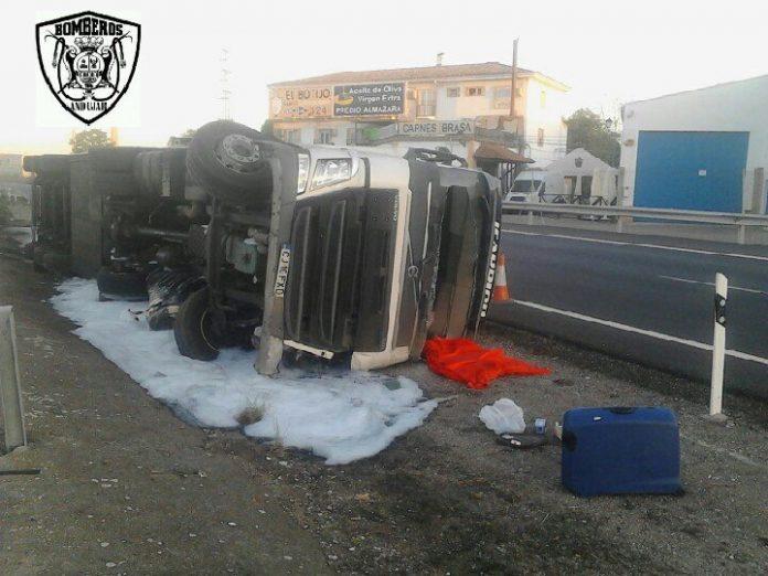 Camión volcado en la A-4. FOTO: Bomberos de Andújar.