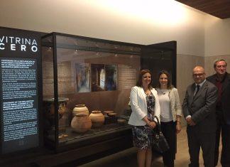La alcaldesa de Peal de Becerro, la delegada de la Junta de Andalucía en Jaén y diputado de Turismo junto a la vitrina donde se exponen las piezas.