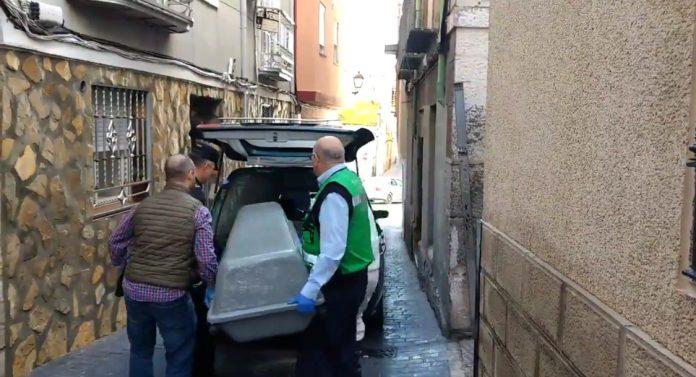 El cuerpo fallecido del joven saliendo de la vivienda donde ha sido apuñalado. FOTO: Lacontra