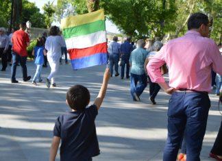 Un niño con la bandera de Linares. FOTO: HoraJaén