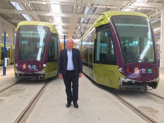 El alcalde de Jaén en las cocheras de Vaciacostales donde se encuentra el tranvía.