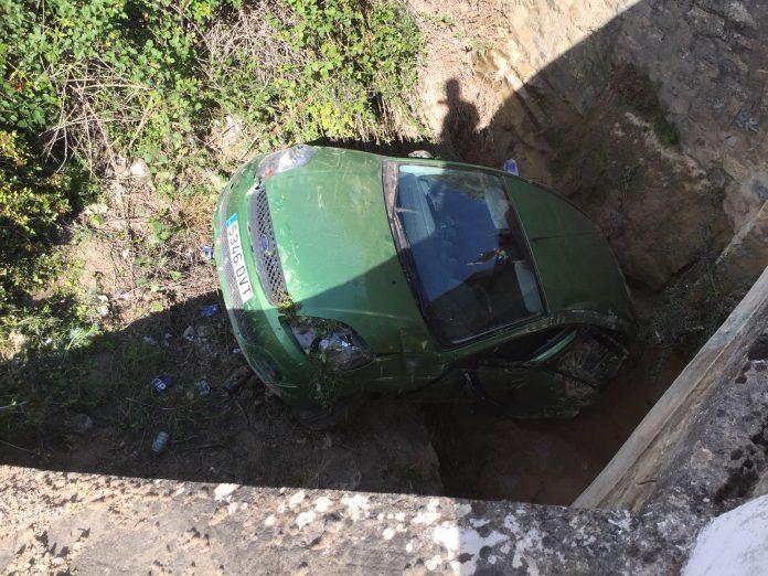 Estado en el que ha quedado el vehículo tras caer por el puente.