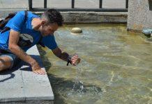 Un jiennense se refresca en una de las fuentes de la ciudad. FOTO: HoraJaén