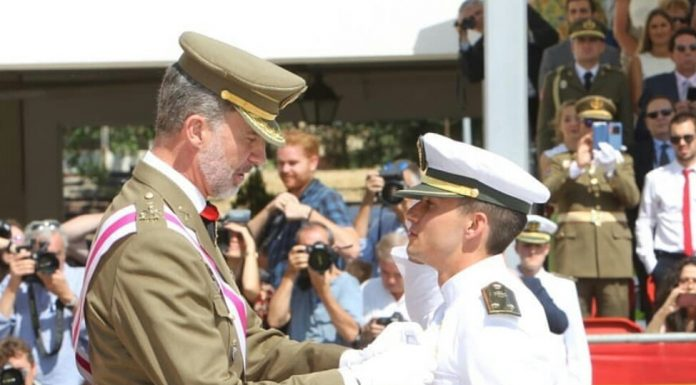 El Rey de España le impone la medalla como número 1 de su promoción.