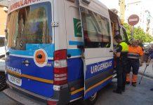 Una ambulancia atiende a un peatón atropellado en Jaén. FOTO: Archivo