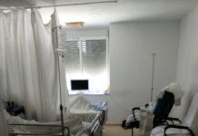 Tres camas en una de las habitaciones del hospital.
