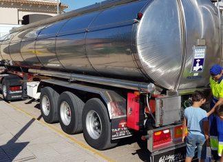 Camión cisterna en Navas de San Juan. FOTO: Joaquín Requena