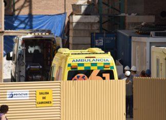 Ambulancia en el ayuntamiento de Linares que está de obra. FOTO: CARLOS HUGO GARCÍA