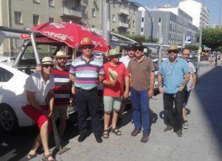 Con sombrillas suyas y gorros, así soportan las altas temperaturas los taxistas de Virgen de la Cabeza.