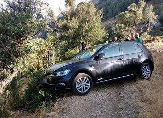 El coche de estos turistas quedó en el barranco al borde del precipicio. FOTO: Policía Local de Cazorla