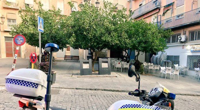 Vehículo de la policía local en la plaza de Cervantes. FOTO: Policía Local