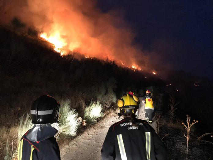 Bomberos trabajando en el incendio de Jimena. FOTO: Bomberos de Jaén